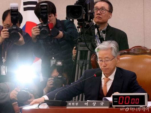 [사진]법사위 회의 주재하는 여상규