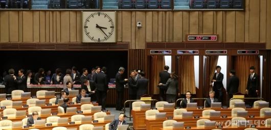 [사진]본회의 선출안 투표하는 의원들