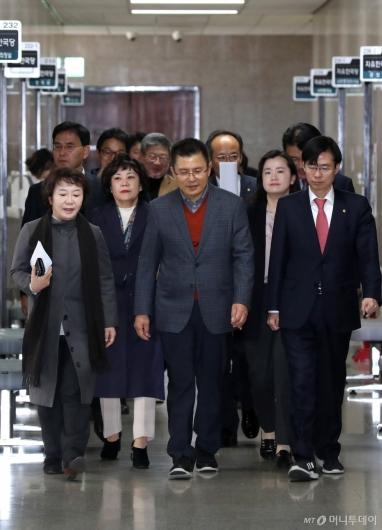 [사진]한국당, 무거운 분위기