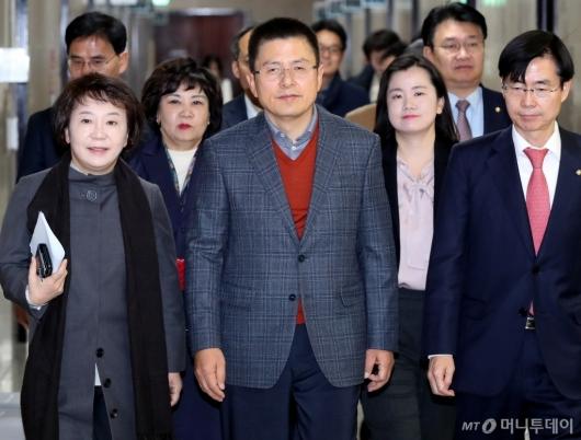 [사진]회의 참석하는 황교안