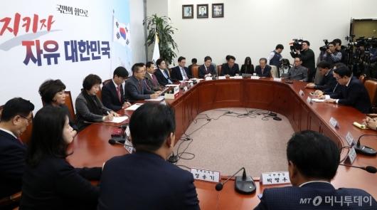 [사진]한국당 대표 및 최고위원-중진의원 연석회의
