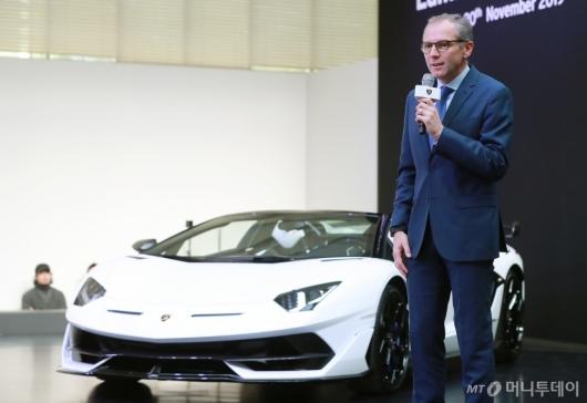 [사진]아벤타도르 SVJ 선보이는 스테파노 도메니칼리 람보르기니 회장