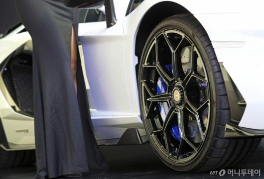 [사진]람보르기니 아벤타도르 SVJ 로드스터 공개 '웅장한 타이어휠'