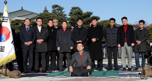 [사진]황교안, 청와대 앞에서 단식 투쟁 시작