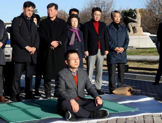 [사진]단신 투쟁 시작한 황교안 대표