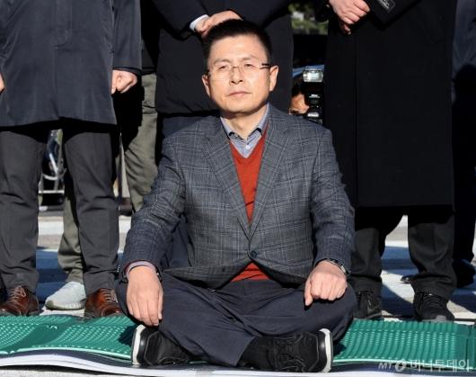 [사진]단식 투쟁 시작한 황교안 대표