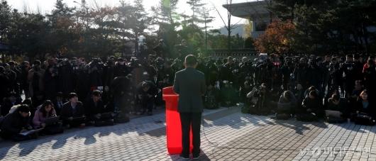 [사진]청와대 앞 황교안에 쏠린 관심