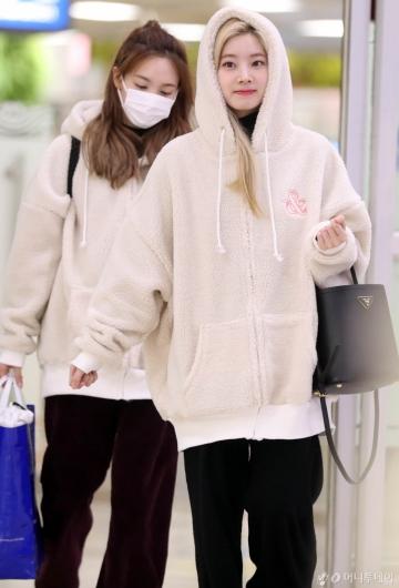 [사진]다현-나연 '오늘은 북극곰 패션'