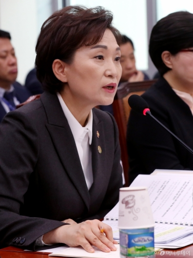 [사진]질의 답변하는 김현미 장관
