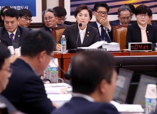 [사진]질의 경청하는 김현미 장관