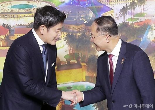 [사진]악수하는 홍남기 부총리-정용진 부회장