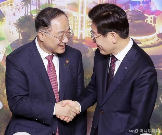 [사진]대화 나누는 홍남기-이재명