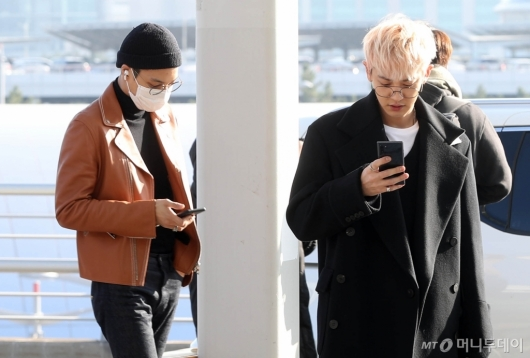 [사진]카이-찬열 '휴대폰 삼매경'