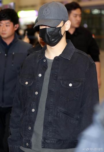 [사진]첸 '얼굴은 가리고 입국'