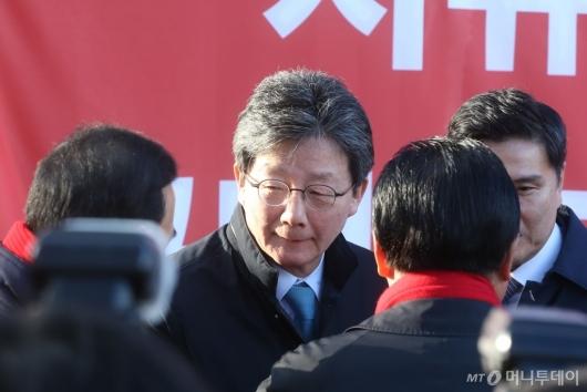 [사진]한국당 의원들과 대화하는 유승민