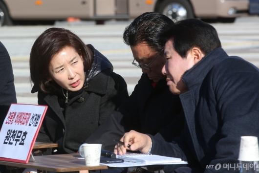 [사진]논의하는 한국당 지도부