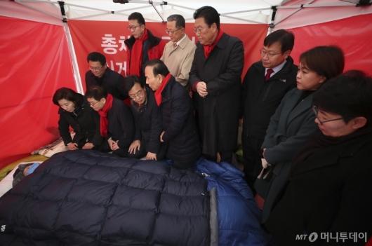[사진]황교안 건강 살피는 한국당 지도부