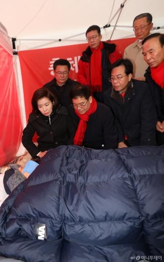 [사진]단식투쟁 황교안 찾은 한국당