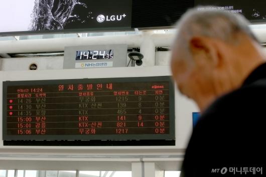 [사진]철도 정상화, 열차 기다리는 시민