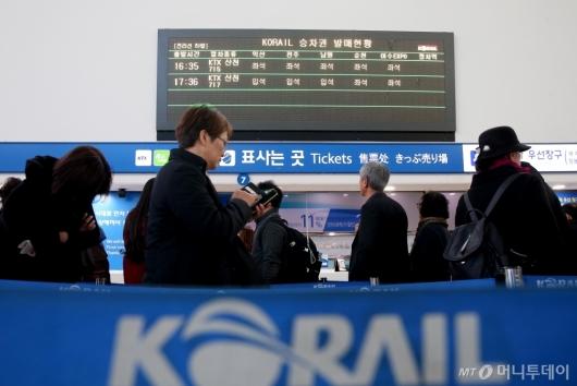 [사진]철도운행 정상화, 열차표 구매하는 시민들