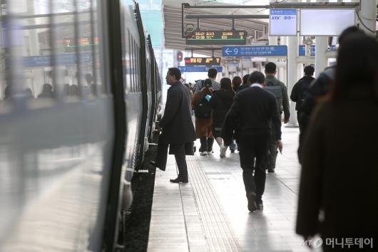[사진]열차 탑승하는 시민들