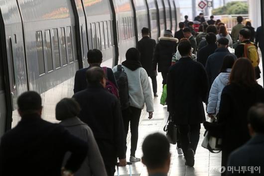 [사진]철도정상화, 열차 탑승하는 시민들