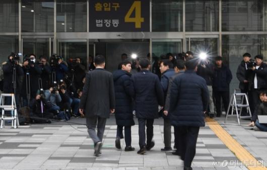 [사진]법원 들어서는 유재수
