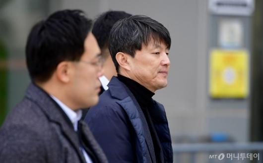 [사진]뇌물수수혐의 유재수, 법정 출석
