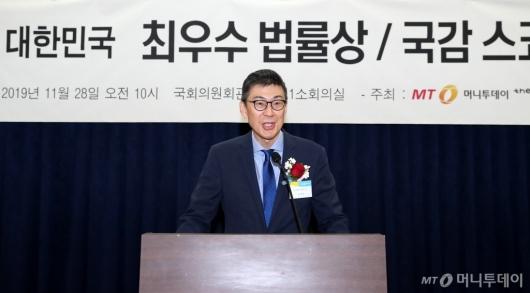 [사진]심사평하는 김재일 교수