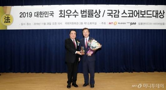 [사진]김종석 의원, 최우수법률상 본상 수상