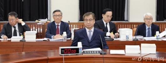 [사진]국회 정보위 출석한 서훈 국정원장