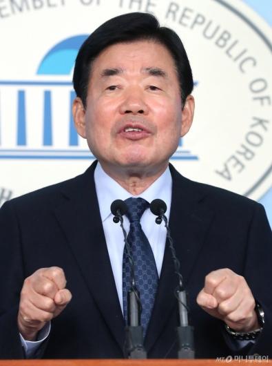 [사진]기자회견하는 김진표 의원