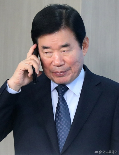[사진]기자회견 앞두고 통화하는 김진표