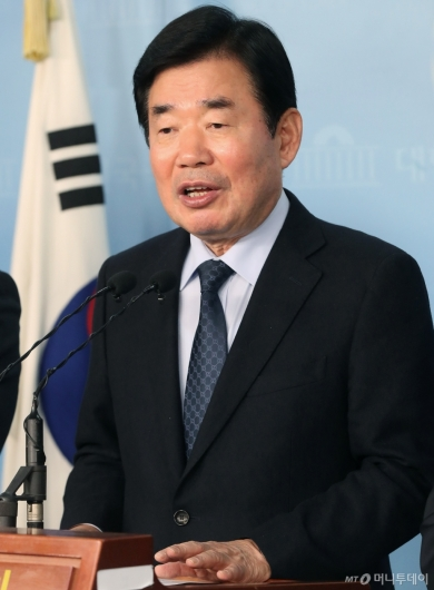[사진]기자회견 갖는 김진표  의원