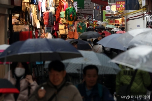 [사진]우산 쓴 관광객들