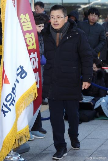 [사진]최고위원회의 참석하는 황교안