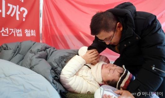 [사진]황교안, 눈물 흘리는 정미경 격려
