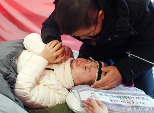 [사진]단식 정미경과 대화하는 황교안