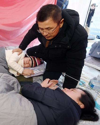 [사진]단식 정미경-신보라 찾은 황교안 대표