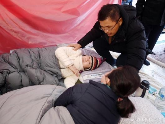 [사진]단식 정미경-신보라 격려하는 황교안