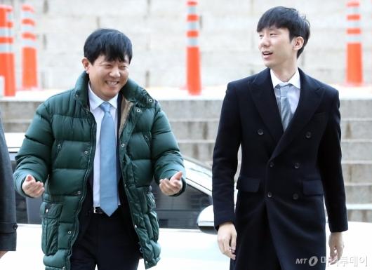 [사진]첫 재판 출석하는 이재웅-박재욱 대표
