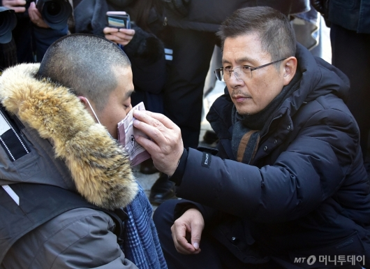 [사진]단식 청년의 눈물 닦아주는 황교안