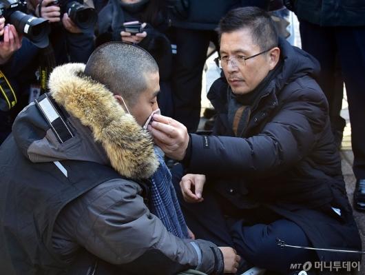 [사진]단식 청년의 눈물 닦아주는 황교안 대표