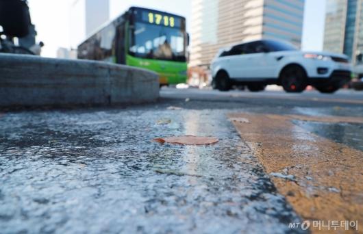 [사진]낮부터 기온 뚝...곳곳에 눈·비