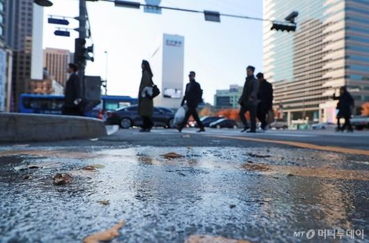 [사진]겨울바람 쌩쌩...'빙판길 주의'