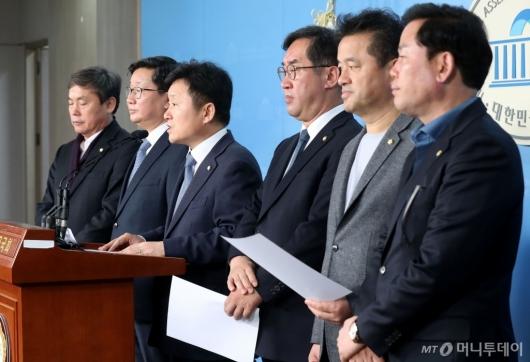 [사진]기자회견하는 민주당 예결위 의원들