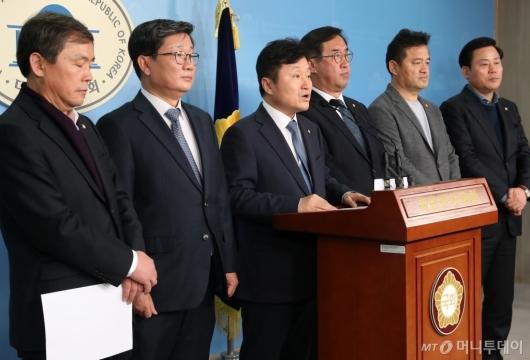 [사진]기자회견하는 더불어민주당 예결위 의원들
