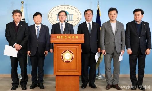 [사진]예산안 관련 기자회견하는 민주당 예결위 의원들