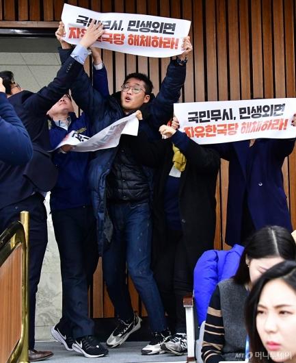 [사진]한국당 원내대책회의 난입하는 진보단체