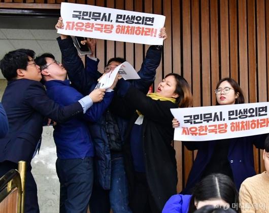 [사진]진보단체, 한국당 원내대책회의장 난입